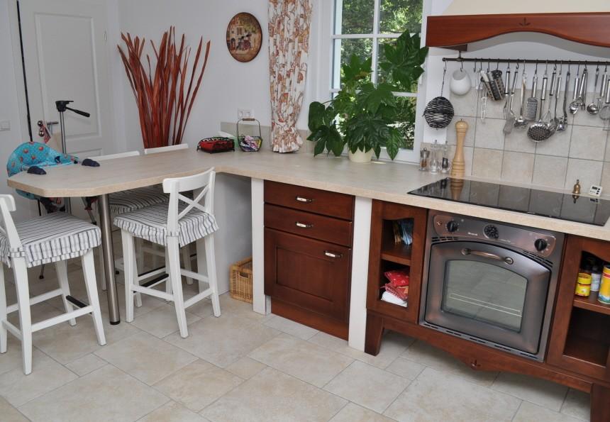 sch ne massive k che in dunklem naturholz in einer u form. Black Bedroom Furniture Sets. Home Design Ideas