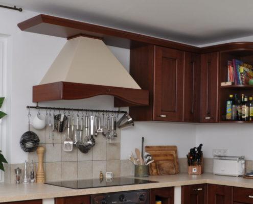 Die passende Kaminhaube gibt dieser Ducale- Küche eine elegante großzügige Note und gewährt Kopffreiheit beim großen Kochen. Eine Relingstange hält alle wichtigen Utensilien dafür bereit.