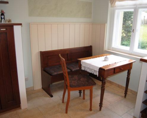 Die passende Sitzbank vor einer, vom Hersteller gelieferten, cremfarbenen Panelwand läd zum Verweilen ein und paßt sich bereits alten vorhandenen Möbelstücken ( hier ein alter Tisch ) herrlich an.