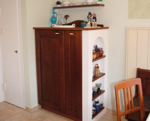 Dieses auflockerndes Trockenbauregal ziert die ansonsten trostlose Seitenwand des Apothekerschrankes und schenkt Platz für liebgewonnene Deko.