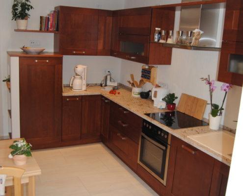 Die Proportionen eines langen schmalen Küchengrundrisses optimiert man am Besten mit einer L-Planung, welche einen reibungslosen Arbeitsablauf garantiert.