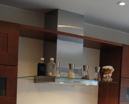 Die moderne Abzugshaube mit Glasschirm schenkt Gewürzen Platz zur übersichtlichen und griffbereiten Nutzung.